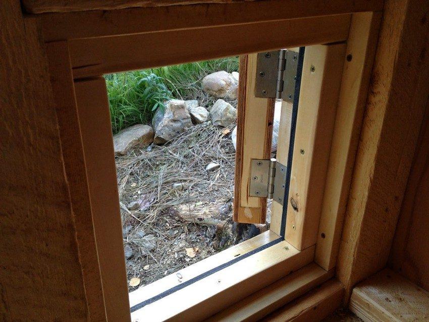 Окна и выход в курятнике